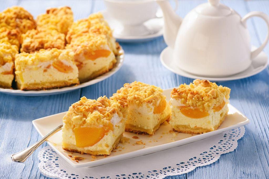 Sernik z brzoskwiniami - przepis na święta. Jak zrobić sernik z brzoskwiniami?