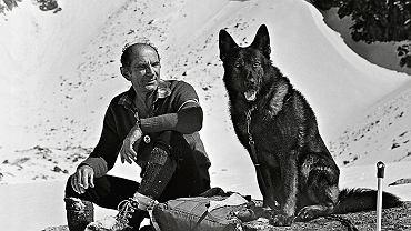 Józef Uznański (1924-2012) w dolinie Pańszczyca z psem ratowniczym Cyganem po przeszukaniu lawiniska. Fotografia z połowy lat 80.
