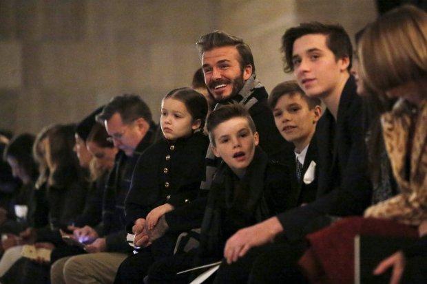 Zdjęcie numer 2 w galerii - Harper Beckham na pokazie mody Victorii