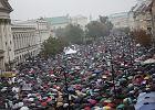 Strajk kobiet zmienia historię. Nieprzebrane tłumy w Warszawie [ZOBACZ]