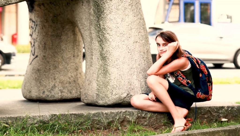 12-letnia Jagoda śpiewa o za ciężkich plecakach polskich uczniów