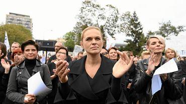 Barbara Nowacka przed Sejmem podczas sobotniego protestu pod hasłem 'Żarty się skończyły'. Dziś będzie na debacie w europarlamencie dotyczącej sytuacji kobiet w Polsce
