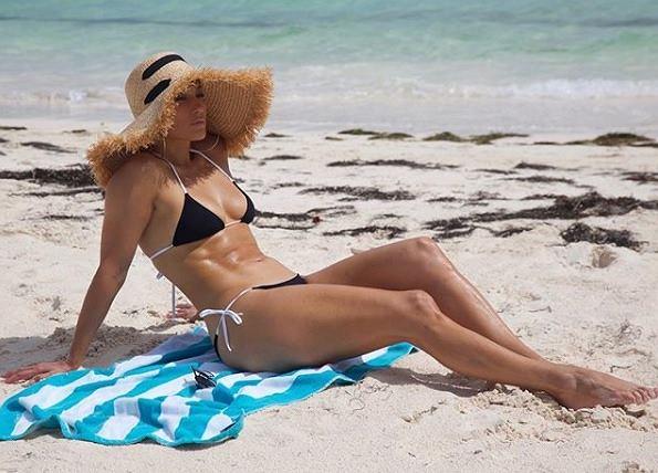 Jennifer Lopez napięła mięśnie. Nie przesadziła z siłownią?