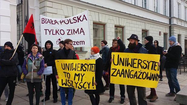 Studenci protestują przed UW: