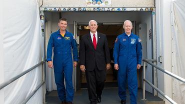 Wiceprezydent Mike Pence w otoczeniu astronautów NASA