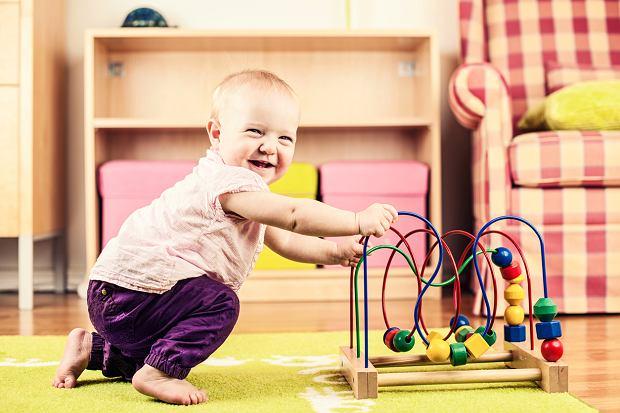 Przychodzi moment, że wszystko, co znajduje się pod ręką, staje się pomocne przy wstawaniu i stawianiu pierwszych kroczków.