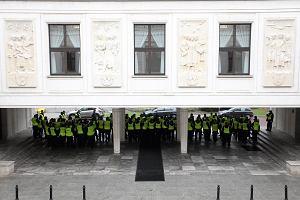 Sejm zamienił się w twierdzę. Grupy policjantów, wokół metalowe barierki [ZDJĘCIA]