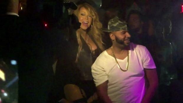 Mariah Carey zawsze lubiła seksowne, eksponujące ciało stroje. Jej styl nie zmienia się z wiekiem, a wręcz mamy wrażenie, że gwiazda robi się coraz odważniejsza. Doceniamy, że jest świadoma swojej kobiecości, ale tym razem poszła chyba o krok za daleko. W sobotę wokalistka była gwiazdą imprezy w klubie Oak at The Mirage w Las Vegas, a jej strój pozostawił niewiele dla wyobraźni.