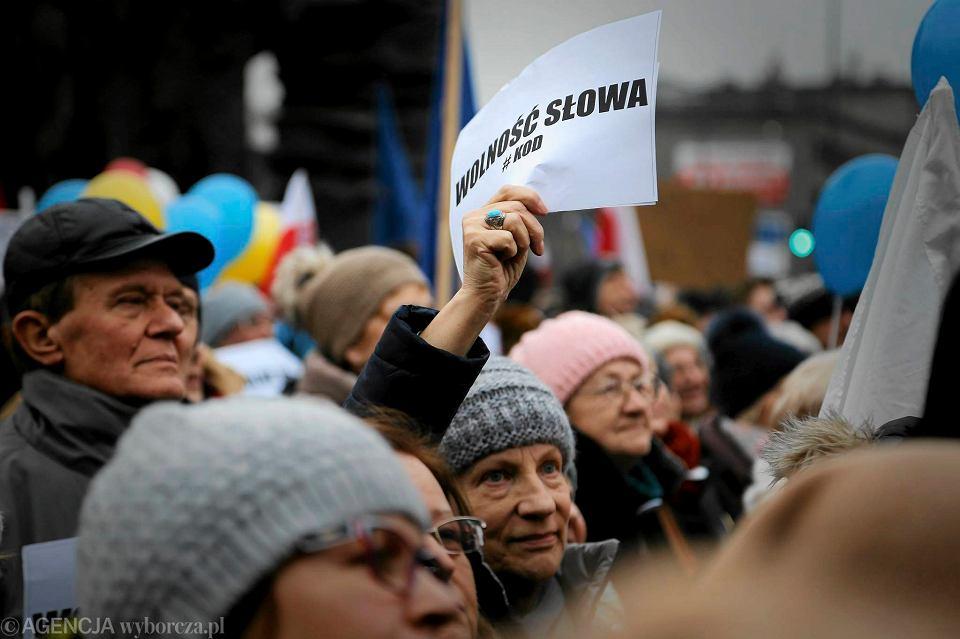 Zdjęcie numer 8 w galerii - Manifestacja KOD w Katowicach. Na rynku zrobiło się biało-czerwono [ZDJĘCIA]