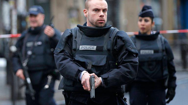 Policjanci przed komisariatem w Paryżu, przed którym zastrzelono napastnika z nożem