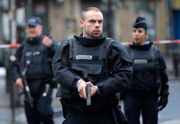Policjanci przed komisariatem w Pary�u, przed kt�rym zastrzelono napastnika z no�em
