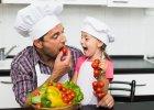 Niektórzy uważają, że dzieci najchętniej jadłyby makaron z sosem pomidorowym. Ale nawet taki sos można zrobić w ciekawy sposób