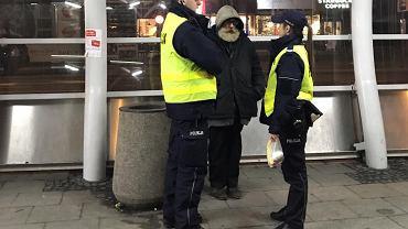 Policjanci z bezdomnym