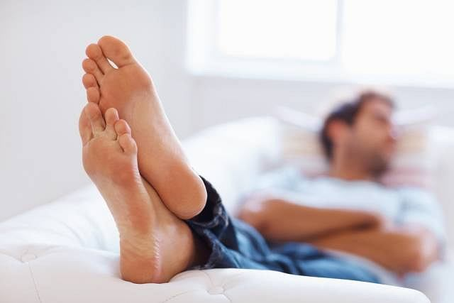 Przyczyn występowania ostrogi piętowej jest kilka. Może być ona konsekwencją złego ustawienia stopy, nadmiernego wysiłku fizycznego lub mieć związek z otyłością