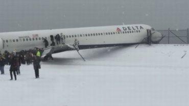 Nowy Jork: Samolot ze�lizgn�� si� z za�nie�onego pasa startowego na lotnisku LaGuardia