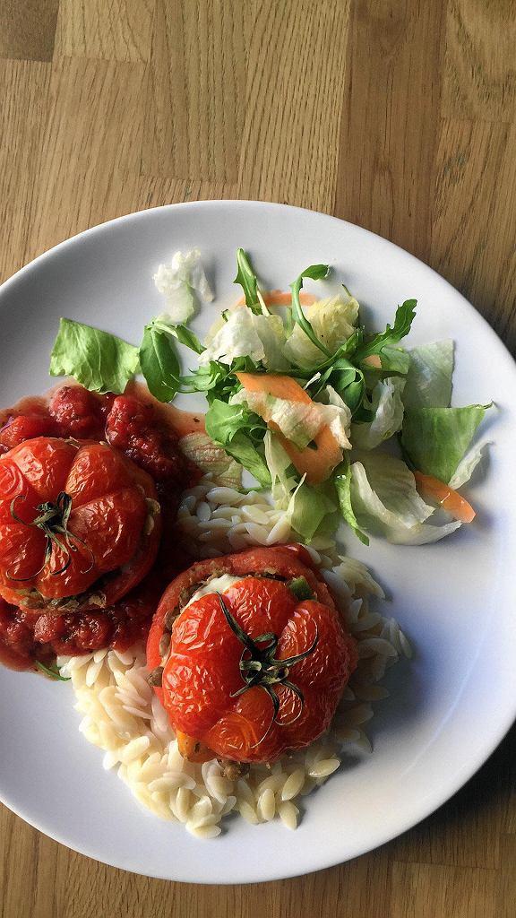 Pomidory faszerowane soczewicą i kozim serem. Restauracja Przystawki  / MATERIAŁY PRASOWE