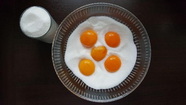 Żółtka umieszczamy w mieszance soli i cukru