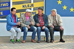 Ławeczkowy kwartet serialu Ranczo. Od lewej: Patryk Pietrek (Piotr Pręgowski), Hadziuk Tadeusz (Bogdan Kalus), Maciej Solejuk (Sylwester Maciejewski), Stach Japycz (Franciszek Pieczka)