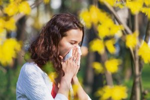 Alergia. Katar przychodzi na wiosn�? Po czym pozna�, �e to nie przezi�bienie