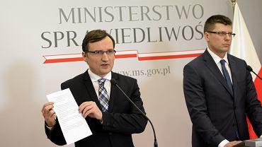 Minister Zbigniew Ziobro i wiceminister Marcin Warchoł podczas konferencji  prasowej