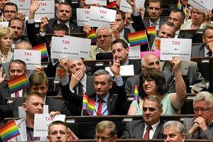 Posłanka PiS wysyła młodego geja za granicę. Po co do niej pisał?