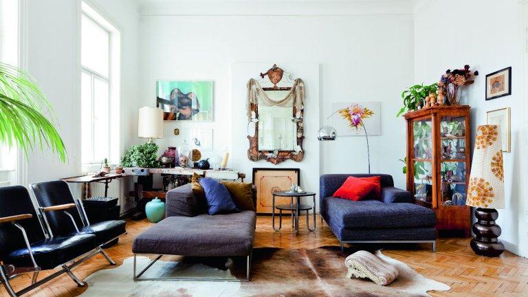 Między sofą i lampą z IKEI biedermeierowska witryna, na niej drewniane laleczki z japońskiego pchlego targu. Bauhausowskie meble dogadują się ze sprzętami z poprzedniego wieku.