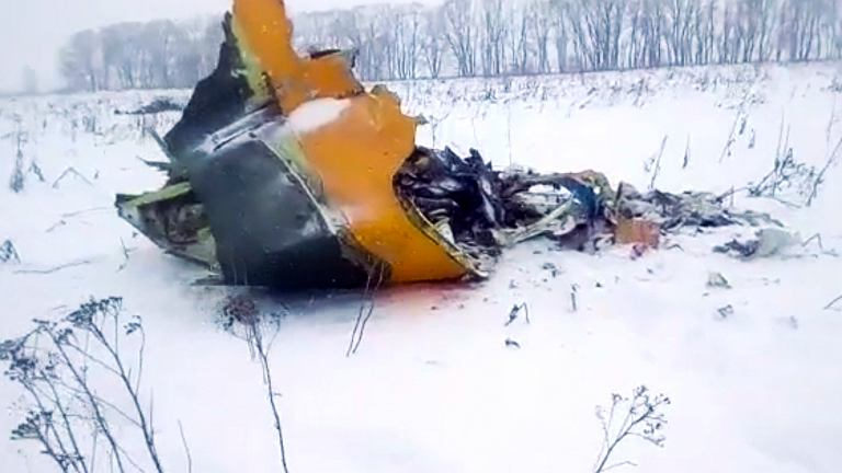 Katastrofa samolotu w Rosji. Kadry z nagrania, które ma pokazywać elementy wraku antonowa