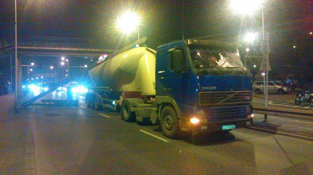 Cysterna staranowa�a bramk� z ogranicznikami wysoko�ci dla pojazd�w wje�d�aj�cych na objazd zamkni�tego tunelu Wis�ostrady