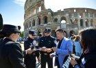 Chińscy policjanci pod rzymskim Koloseum