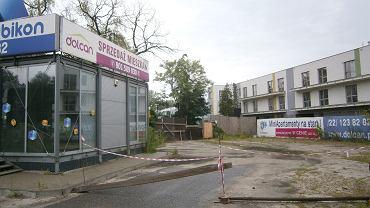 Zdjęcie wykonane przez nabywcę jednego z lokali przy ul. Szczęsnej 5a w Warszawie. 'Miniapartamenty na start!' - tak Dolcan Plus reklamował inwestycję. Budynki stoją, ale kupcy nie mogą w nich zamieszkać, ponieważ mieszkania okazały się lokalami usługowymi.