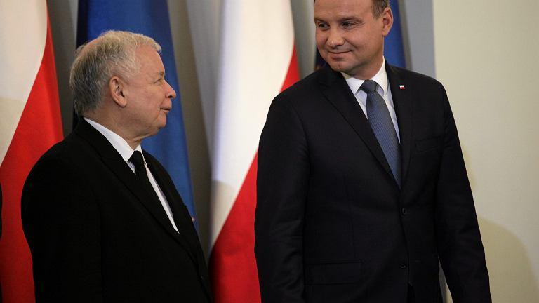 Prezes partii rządzącej Jarosław Kaczyński i prezydent RP Andrzej Duda podczas uroczystego desygnowania Beaty Szydło na premiera rządu PiS (w piątek trzynastego, o godzinie trzynastej). Warszawa, 13 listopada 2015