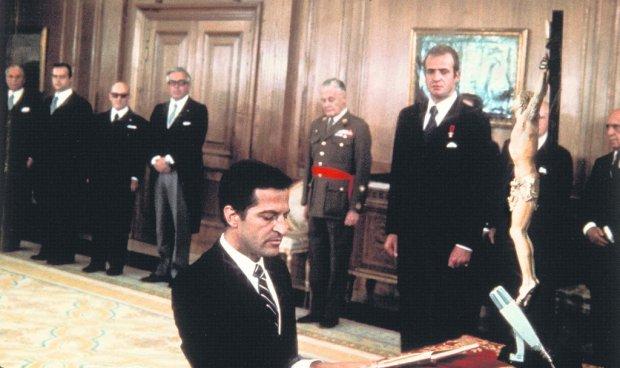 5 lipca 1976 r. Świeżo mianowany premier Adolfo Suárez składa przysięgę przed królem Juanem Carlosem. Obaj szykowali już wtedy plan oszukania frankistów i ustanowienia w Hiszpanii systemu demokratycznego.
