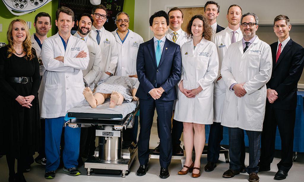Zespół specjalistów z pacjentem, któremu z sukcesem przeszczepili narządy płciowe
