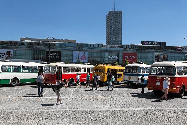 W zeszłym roku zabytkowe pojazdy mogliśmy podziwiać na Placu Defilad w Warszawie.
