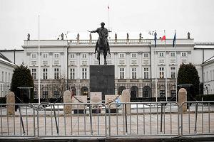 Miesięcznica katastrofy smoleńskiej. Krakowskie Przedmieście zagrodzone barierami