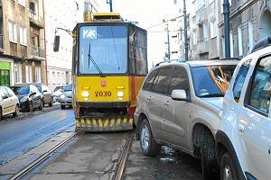 Auta blokuj� tramwaje. Czy nie da si� ich szybciej usuwa�?