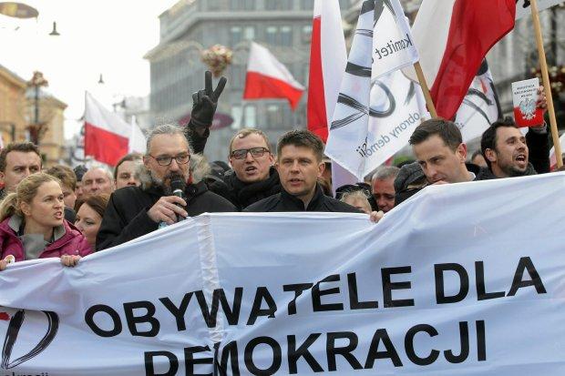 http://bi.gazeta.pl/im/9c/78/12/z19369628Q,Warszawski-marsz-KOD-w-obronie-konstytucji--od-lew.jpg
