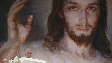 Niesamowite zdj�cie zrobione na B�oniach: Franciszek na tle wizerunku Jezusa