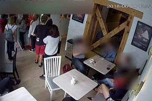 f87f607c507a6 Wykorzystały nieuwagę klientki i ją okradły. Policjanci poszukują dwóch  kobiet z nagrania
