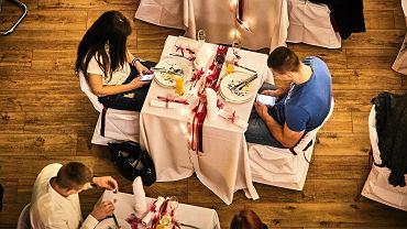 Walentynkowa kolacja z telefonem