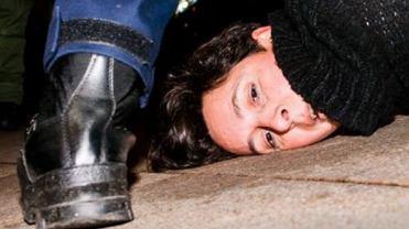 Klementyna Suchanow powalona przez policję