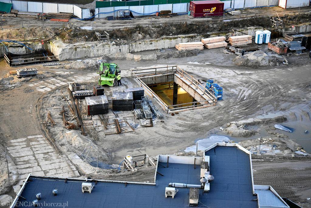 ul. Zamiejska 15. Budowa drugiej linii metra, na drugim planie domy jednorodzinne na Zaciszu