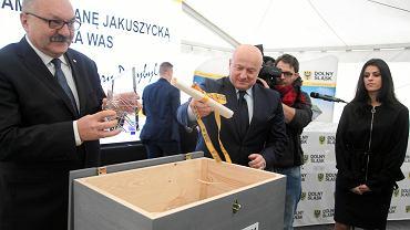 Marszałek Cezary Przybylski (z lewej) i wiceminister sportu Jarosław Stawiarski po podpisaniu aktu erekcyjnego budowy Dolnośląskiego Centrum Sportu