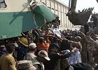 Katastrofa kolejowa w Karaczi. Wyciągają ludzi ze zmiażdżonych wagonów. 17 osób nie żyje