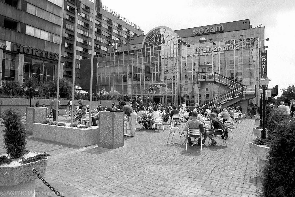 Projekt kryształowego pałacu McDonalda ze szkła w profilach aluminiowych powstawał od przełomu lat 1989-90 w pracowni Kazimierski i Ryba Architekci. Został dostawiony do bocznej ściany domu towarowego Sezam. Ma dwie kondygnacje i aż 1,2tys. m kw. / Fot. Sławomir Kamiński / Agencja Gazeta