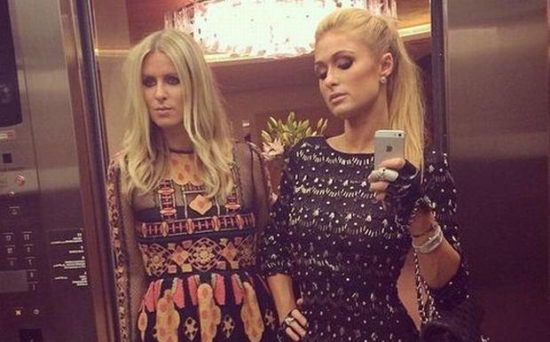 Poznajecie sukienk� po lewej? Niedawno zrobi�a w niej furor� polska gwiazda. Za to Nicki Hilton...