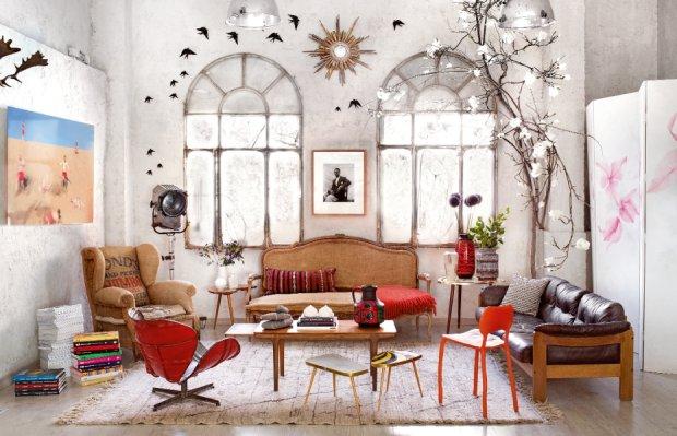 Ludwikowska sofa tapicerowana lnem, stary fotel obity jutowym workiem, reinterpretacja s�ynnego obrotowego krzes�a Swan Arne Jacobsena, wykonana z beczek po benzynie przez firm� PO!Paris. Mi�dzy oknami zdj�cie malijskiego fotografa Seydou Keity.