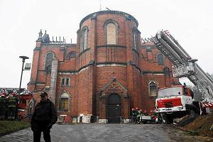 Sp�on�� dach katedry w Sosnowcu. Straty id� w miliony