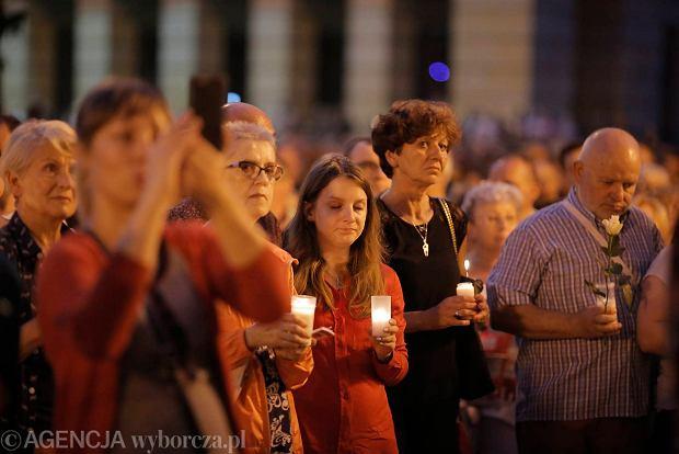 Zdjęcie numer 5 w galerii - Tłumy przed Sądem Okręgowym w Łodzi. Kolejny dzień protestów przeciwko zmianom PiS w sądownictwie [ZDJĘCIA]