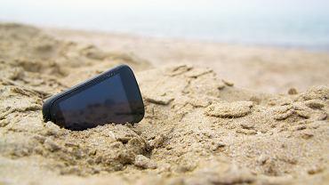 Telefon w piasku na plaży